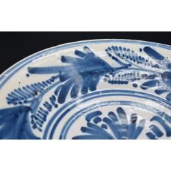 Plato cerámica de Talavera palmeta y cruz siglo XVIII